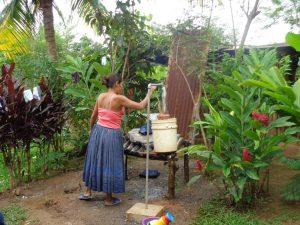 vrouw water kraan El Corozal