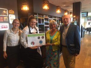 cheque van Brasserie Intermezzo voor stichting ayuda maya